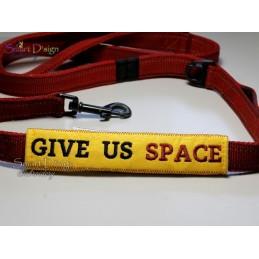 GIVE US SPACE - ITH Leinen Sicherheits-Überzieher - Gelber Hund Projekt 13x18 cm Stickdatei